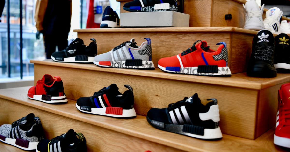 Adidas a pierdut aproape 400 milioane de dolari în trimestrul doi, deși vânzările online s-au dublat